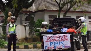 Polisi berdialog dengan pengunjuk rasa di Taman samping UP3AD