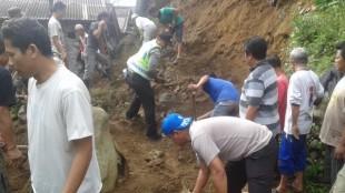 Kapolsek Wonosobo kerja Bhkati membersihkan tanah longsor