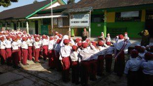Waka Polsek Pembina Upacara di SD N I Simbang Kalikajar