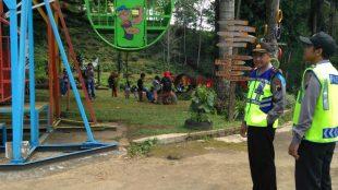 Personil Polsek Sapuran Polres Wonosobo memantau situasi obyek wisata agrowisata tanjung sari Desa Sedayu Kecamatan Sapuran Wonosobo