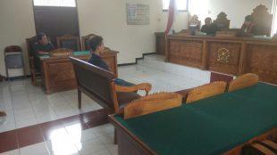 Pelaku pencurian yang kini ditangani Polsek Sapuran Polres Wonosobo saat menjalani sidang di Pengadilan Negeri Wonosobo