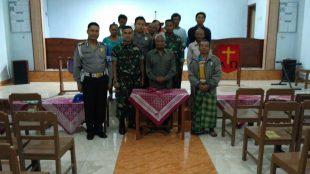 Usai melaksanakan pengamanan kebaktian di GKJ Wonosobo Timur, personel Polsek Sapuran dan Koramil melaksanakan foto bersama dengan jemaat dan Pendeta, Rabu malam (14/3)