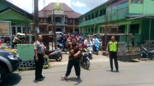 Bripka Sandi Haryanto dan Briptu Anggi Saka Mardani, SH pengaturan, penjagaan dan patroli di masjid Jami Bir Ali Sapuran usai beribadah sholat Jumat